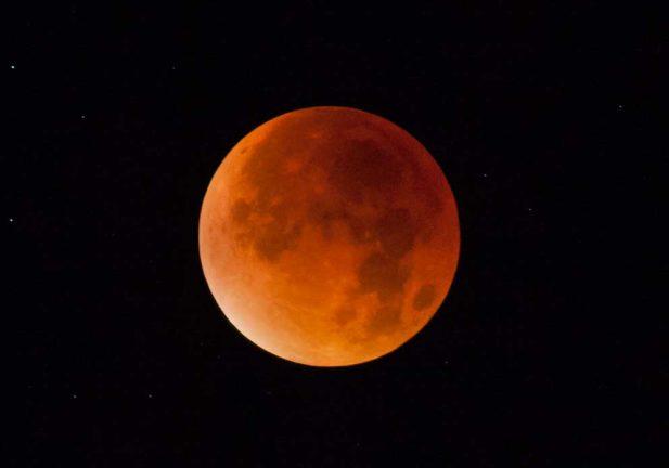 Superblodröd måne i morgon bitti