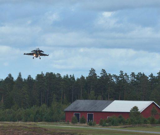 Skulle titta på flygplan – greps av militärpolis