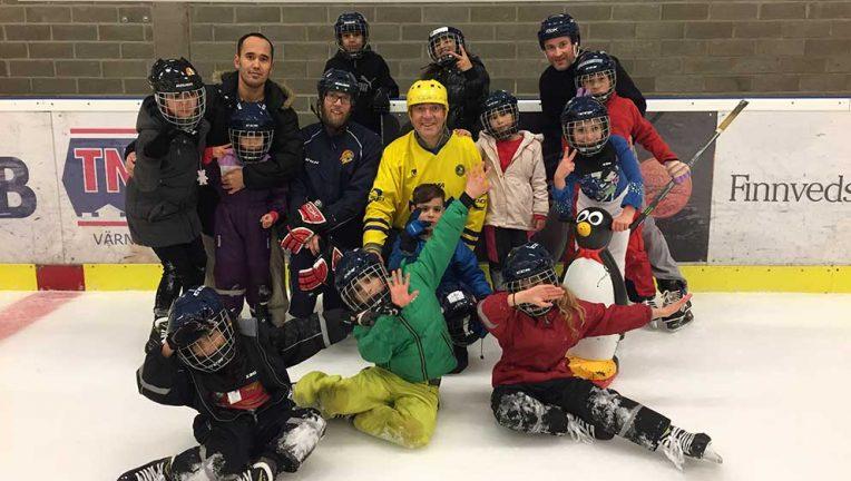 Flyktingbarn på besök hos Värnamo Hockey
