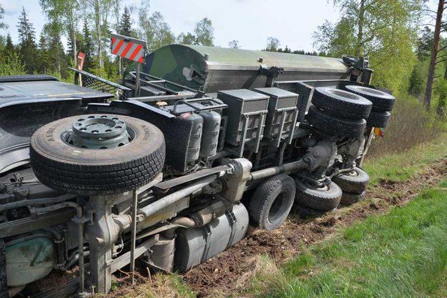 Militär lastbil körde av vägen
