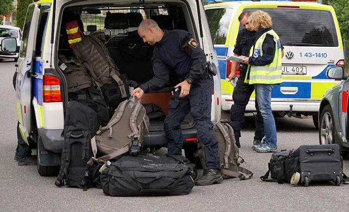 Fler bilder från polisinsatsen – två män anhållna