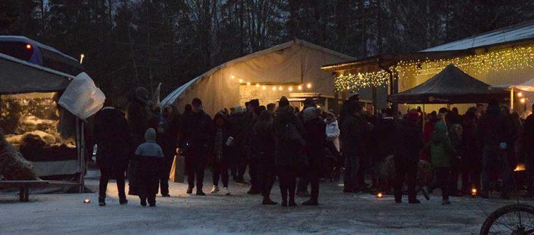 Hundratals lockades till julmarknaden