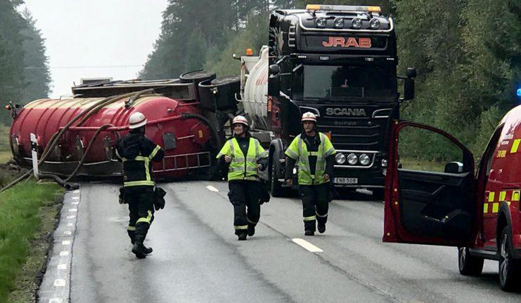 Lastbil välte på 152:an – bildspel och tv – vägen avstängd till i kväll
