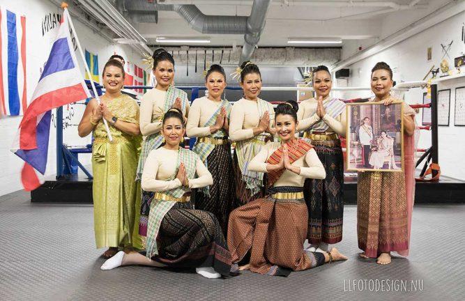 Bildextra: Thailändsk munk välsignade lokal och medlemmar