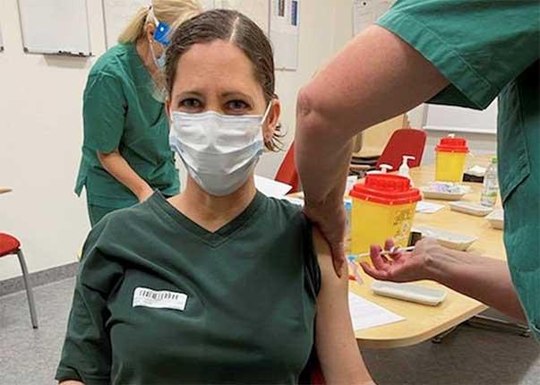 Intensivvårdspersonal vaccineras mot covid-19